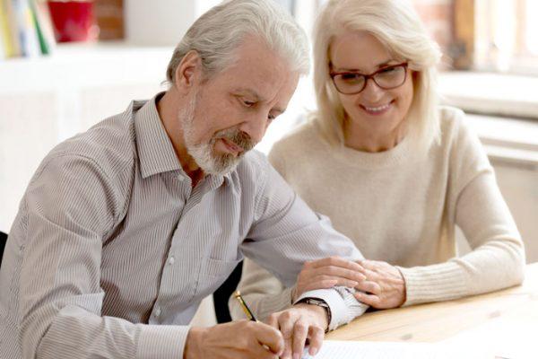 couple-age-signe-document