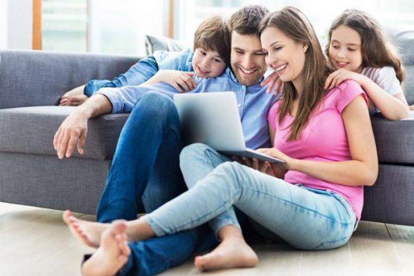 famille-devant-ordinateur